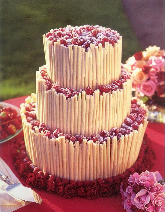 La torta nuziale, come forse avremo più volte detto, è certamente uno dei  grandi protagonisti della festa e, si sa, con la torta del matrimonio piace